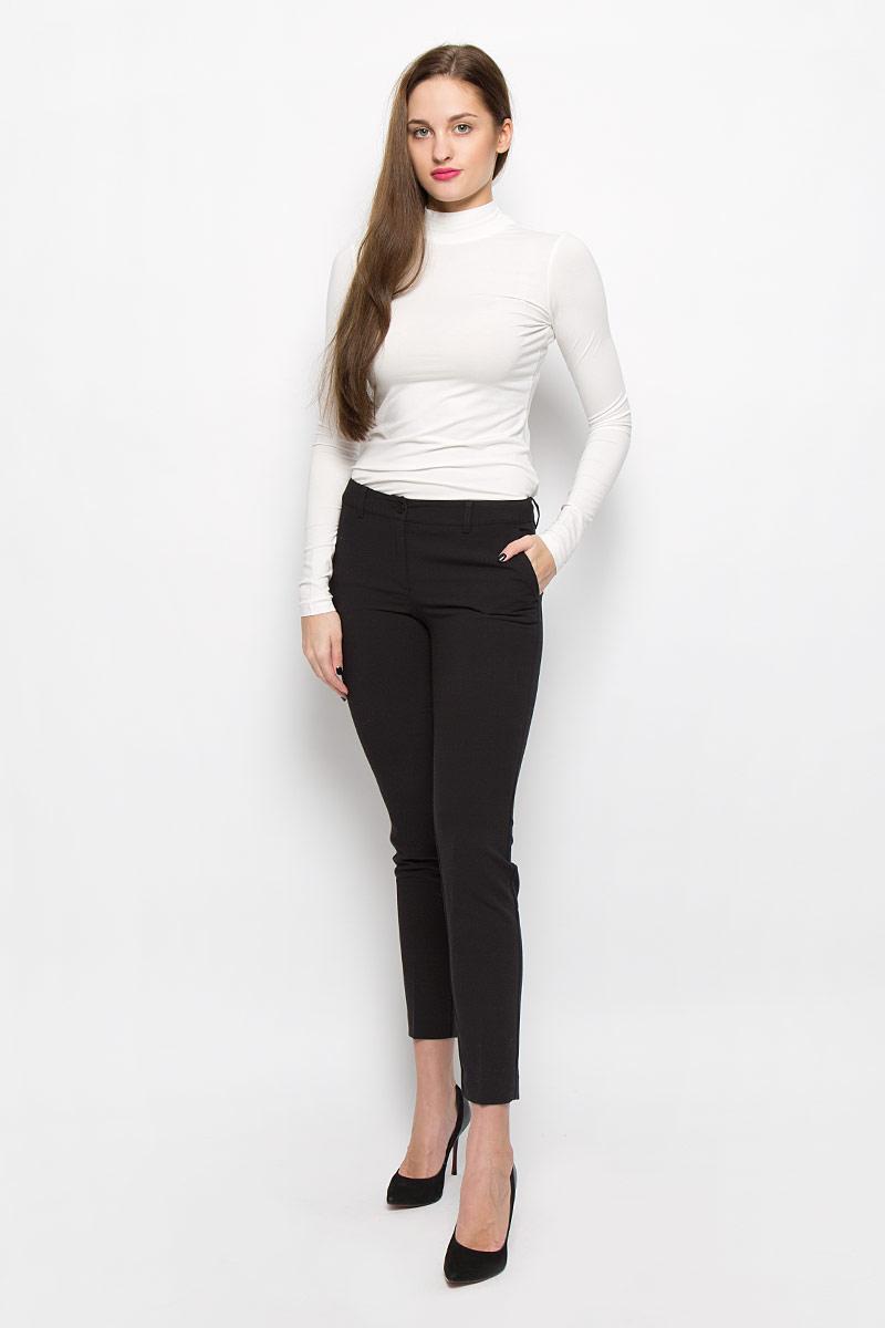 W16-170150_200Укороченные классические женские брюки Finn Flare, выполненные из высококачественного комбинированного материала, великолепно дополнят ваш образ и позволят подчеркнуть свой неповторимый стиль. Модель стандартной посадки и зауженного кроя застегивается на ширинку на застежке-молнии, а также на пуговицу в поясе. Изделие дополнено двумя врезными карманами спереди и имитацией карманов сзади. Имеются шлевки для ремня.