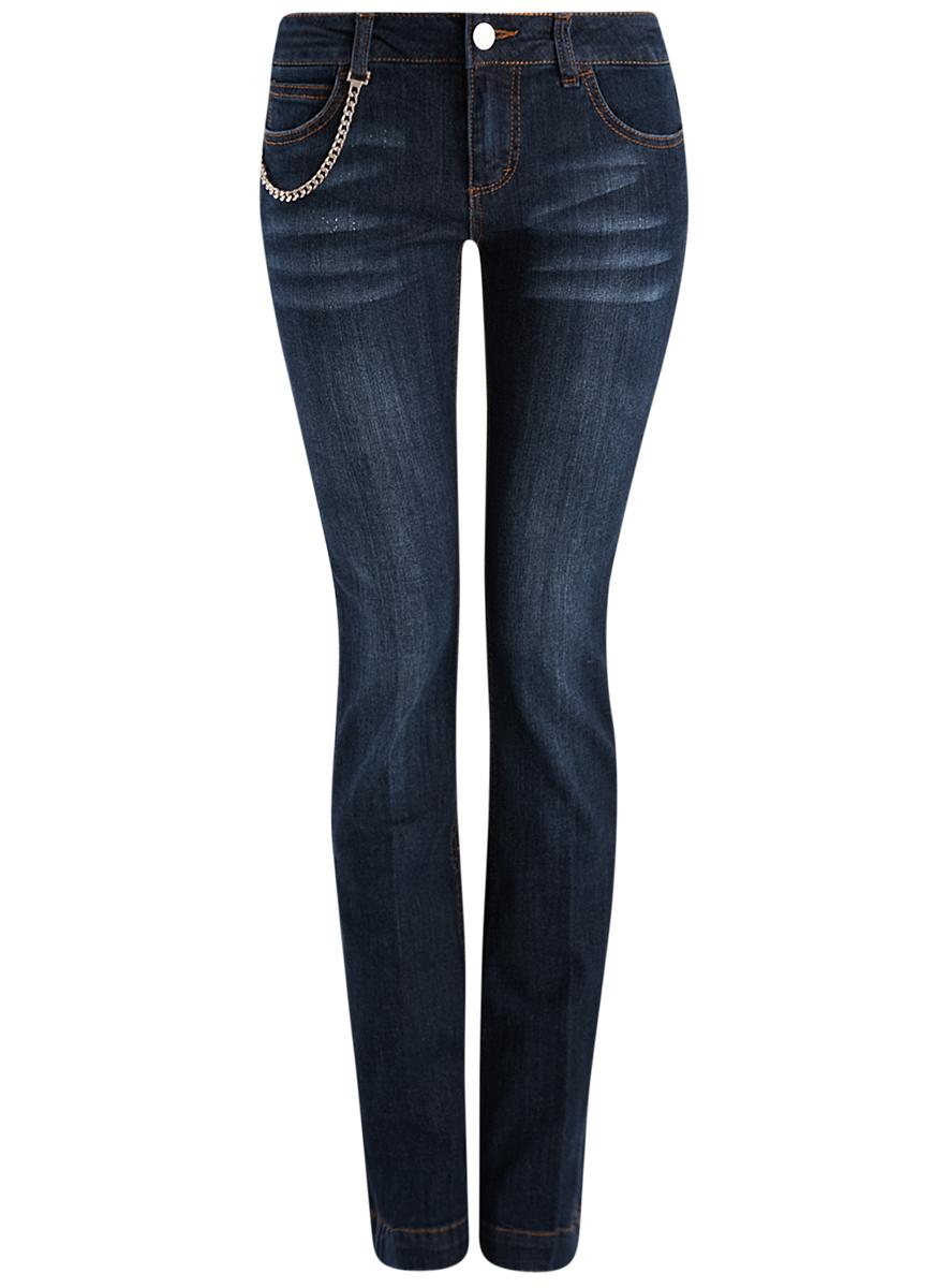 Джинсы12102076/43324/7900WЖенские джинсы oodji Denim выполнены из хлопка с добавлением эластана. Модель слегка расклешённого к низу кроя по поясу застегивается на пуговицу и имеет ширинку на застежку-молнию. Пояс дополнен шлевками для ремня. Спереди расположено два втачных кармана и маленький накладной карман, а сзади два накладных кармана. Джинсы оформлены потертостями, контрастной отстрочкой и дополнены металлической цепочкой по правому карману.