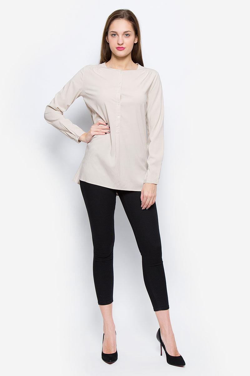 Блузка119942599/131Очаровательная женская блуза Marc OPolo выполнена из вискозы с добавлением эластана. Блузка свободного кроя с круглым вырезом горловины застегивается спереди на пять пластиковых пуговиц. Манжеты рукавов оснащены застежками-пуговицами. Спинка модели удлинена. Нижняя часть блузки по боковым швам оформлена разрезами.