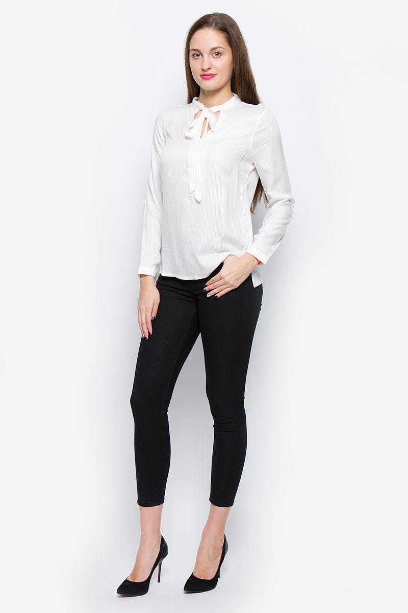 1036105.01.71_6901Стильная женская блузка выполненная из вискозы замечательно дополнит ваш неповторимый образ. Модель с воротником-аскот и длинными рукавами по бокам оформлена небольшими разрезами. Рукава дополнены манжетами с застежками-пуговицами.