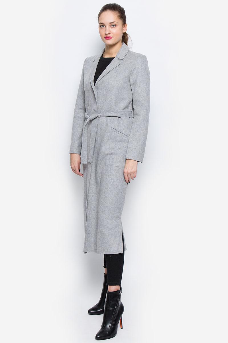 Пальто3820916.00.75_2645Стильное женское пальто Tom Tailor Contemporary выполнено из шерсти и полиэстера с добавлением полиакрила, хлопка и полиамида. Пальто с отложным воротником и длинными рукавами застегивается на кнопки. Модель оснащена двумя прорезными карманами и дополнена ремешком. Нижняя часть модели по боковым швам оформлена разрезами.
