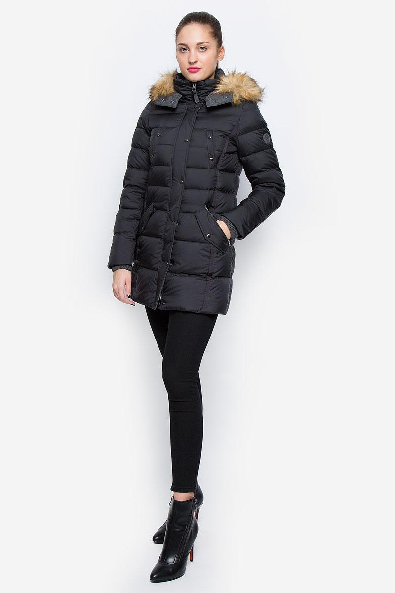 Пальто032971047/990Стильное женское пальто Marc OPolo изготовлено из высококачественного материала. В качестве утеплителя используется пух с добавлением пера. Пальто с воротником-стойкой и съемным капюшоном, оформленным съемным искусственным мехом, застегивается на пластиковую молнию и дополнительно на ветрозащитный клапан с кнопками. Капюшон, оснащенный застежками-кнопками, пристегивается к куртке с помощью застежки-молнии. Спереди расположены два прорезных кармана на застежках-молниях, два прорезных кармана, закрывающиеся на клапаны с кнопками, и два нагрудных прорезных кармана на кнопках. Манжеты рукавов дополнены вязаными напульсниками.