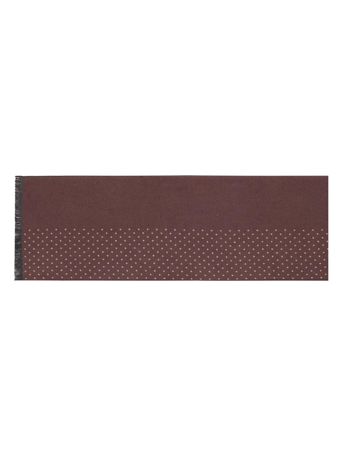 ШарфLJG34-316Мужской шарф Labbra, изготовленный из вискозы и шелка, мягкий и приятный на ощупь. Изделие оформлено оригинальным принтом в мелкий горох. По короткому краю модель оформлена бахромой.