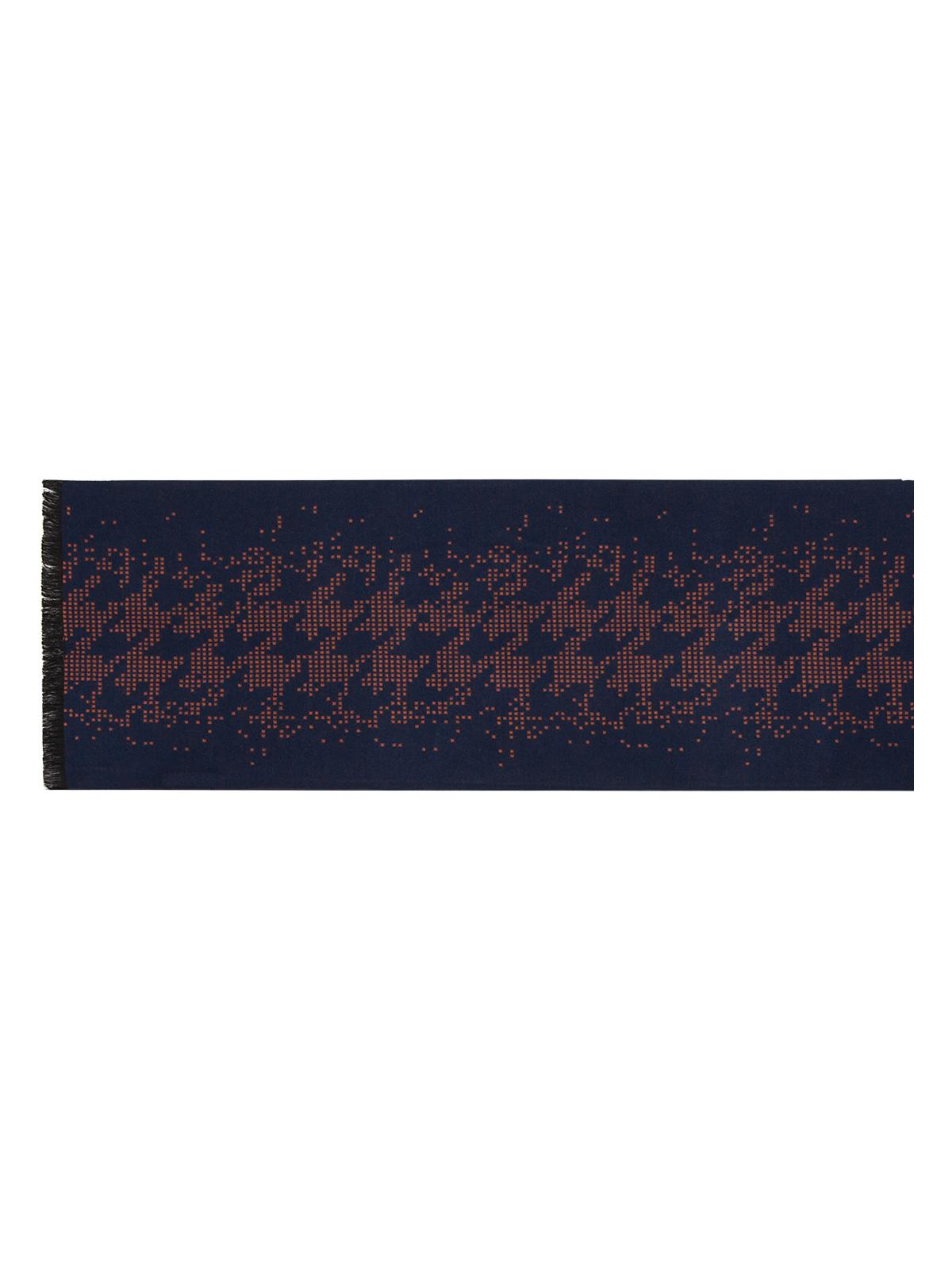 ШарфLJG34-317Мужской шарф Labbra, изготовленный из вискозы и шелка, мягкий и приятный на ощупь. Изделие оформлено оригинальным принтом. По короткому краю модель оформлена бахромой.
