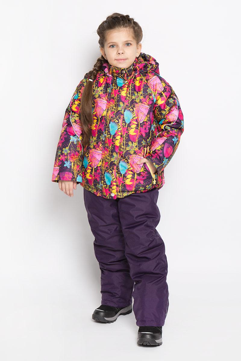 1КС1626Яркий комплект для девочки Jicco by Oldos Хлоя состоит из куртки и полукомбинезона. Комплект выполнен из водонепроницаемой и ветрозащитной ткани. Грязеотталкивающее покрытие Teflon повышает износостойкость модели, что обеспечивает ей хороший внешний вид на всем протяжении носки. В качестве наполнителя используется холлофан - легкий антиаллергенный материал, который обладает отличной терморегуляцией. Изделие легко стирается и быстро сохнет. Куртка с капюшоном и воротником-стойкой застегивается на пластиковую молнию с защитой подбородка и внешней ветрозащитной планкой на липучках и кнопках. Подкладка куртки (кроме рукавов) выполнена из теплого и мягкого флиса. Несъемный капюшон присборен по краям на резинки. Рукава дополнены трикотажными эластичными манжетами. Снизу по бокам куртка собрана на резинки. Спереди расположены два прорезных кармана на застежках-молниях. Полукомбинезон застегивается на пластиковую молнию. Подкладка полукомбинезона выполнена из гладкой...