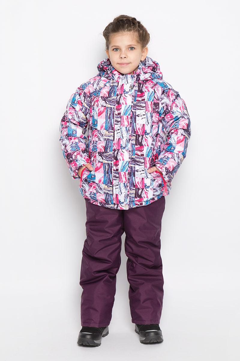 Комплект верхней одежды1КС1629Яркий комплект для девочки Jicco by Oldos Юта состоит из куртки и полукомбинезона. Комплект выполнен из водонепроницаемой и ветрозащитной ткани. Грязеотталкивающее покрытие Teflon повышает износостойкость модели, что обеспечивает ей хороший внешний вид на всем протяжении носки. В качестве наполнителя используется холлофан - легкий антиаллергенный материал, который обладает отличной терморегуляцией. Изделие легко стирается и быстро сохнет. Куртка с капюшоном и воротником-стойкой застегивается на пластиковую молнию с защитой подбородка и внешней ветрозащитной планкой на липучках и кнопках. Подкладка куртки (кроме рукавов) выполнена из теплого и мягкого флиса. Несъемный капюшон присборен по краям на резинки. Рукава дополнены трикотажными эластичными манжетами. Снизу по бокам куртка собрана на резинки. Спереди расположены два прорезных кармана на застежках-молниях. Полукомбинезон застегивается на пластиковую молнию. Подкладка полукомбинезона выполнена из гладкой...