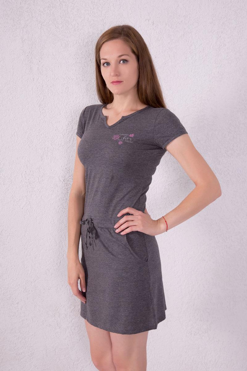 Платье домашнее7117110701Платье домашнее Violett выполнено из натурального хлопка. Платье с фигурным вырезом горловины и короткими рукавами. Спереди расположены два кармана. Модель оформлена надписями и цветочным принтом. На талии изделие оснащено затягивающимся шнурком.