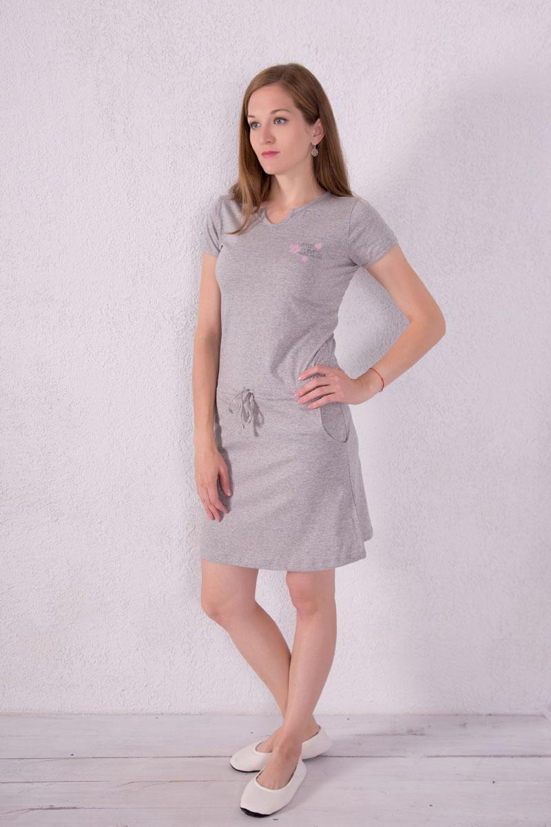 Платье домашнее7117110704Платье домашнее Violett выполнено из натурального хлопка. Платье с фигурным вырезом горловины и короткими рукавами. Спереди расположены два кармана. Модель оформлена надписями и цветочным принтом. На талии изделие оснащено затягивающимся шнурком.