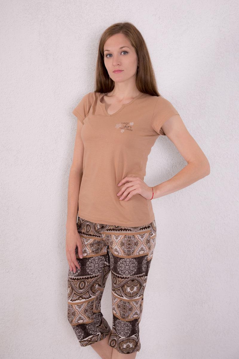 7117140303Женский домашний комплект одежды Violett, состоящий из футболки и бридж, выполнен из натурального хлопка. Футболка с фигурным вырезом горловины и короткими рукавами оформлена спереди надписью и изображением цветов. Бриджи, оформленные оригинальным принтом, имеют эластичный пояс на талии и дополнены затягивающимся шнурком.