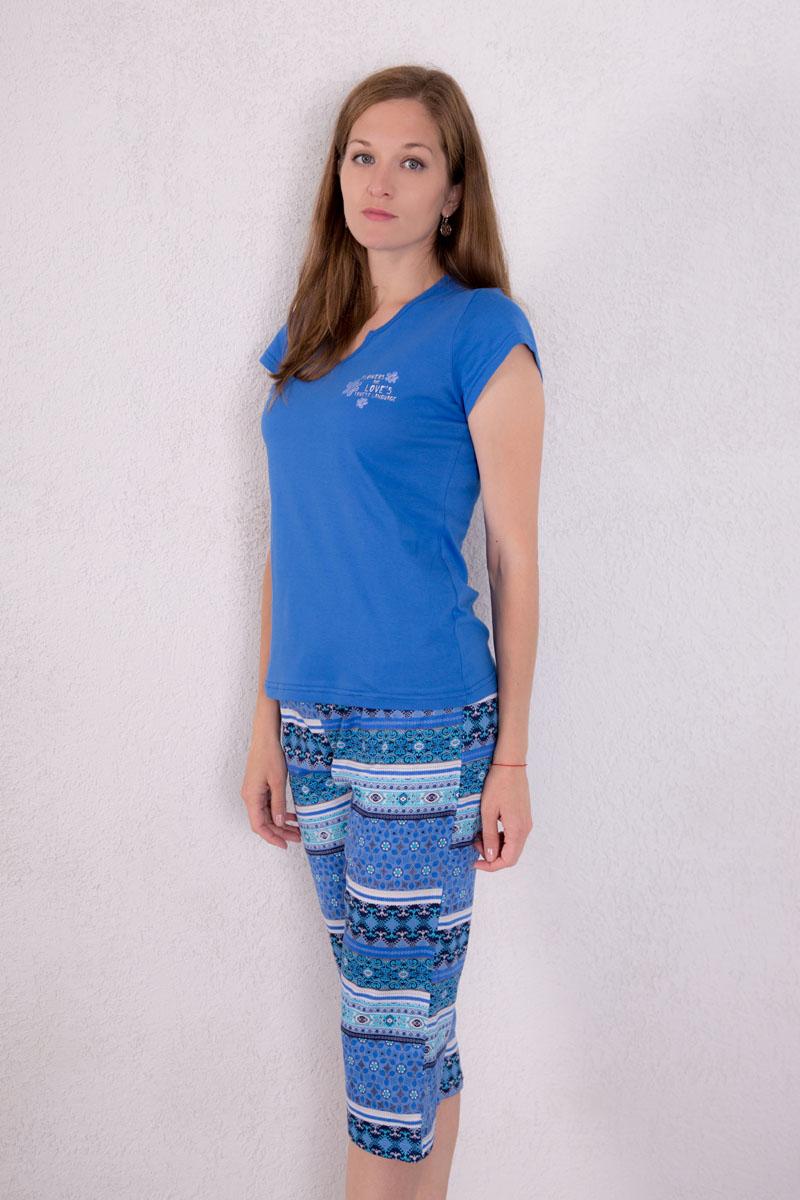 Домашний комплект7117140304Женский домашний комплект одежды Violett, состоящий из футболки и бридж, выполнен из натурального хлопка. Футболка с фигурным вырезом горловины и короткими рукавами оформлена спереди надписью и изображением цветов. Бриджи, оформленные оригинальным принтом, имеют эластичный пояс на талии и дополнены затягивающимся шнурком.