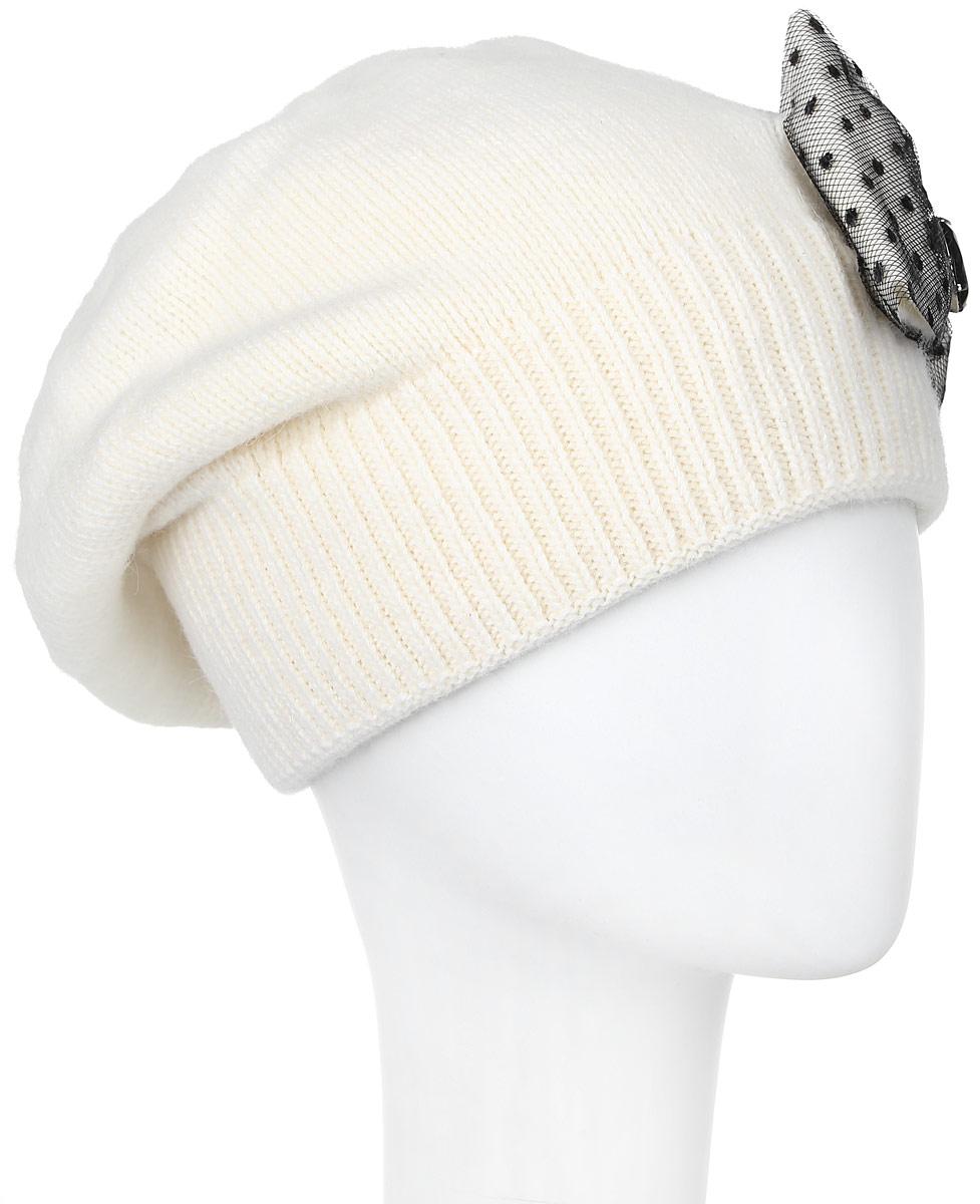 261881L-59Элегантная женская шапка Vittorio Richi отлично дополнит ваш образ в холодную погоду. Сочетание шерсти, ангоры и полиамида сохраняет тепло и обеспечивает удобную посадку, невероятную легкость и мягкость. Шапка по низу выполнена вязанной резинкой. Оформлена модель оригинальным бантом, который драпирован гипюром и дополнен декоративным камнем. Модель составит идеальный комплект с модной верхней одеждой, в ней вам будет уютно и тепло. Уважаемые клиенты! Размер, доступный для заказа, является обхватом головы.