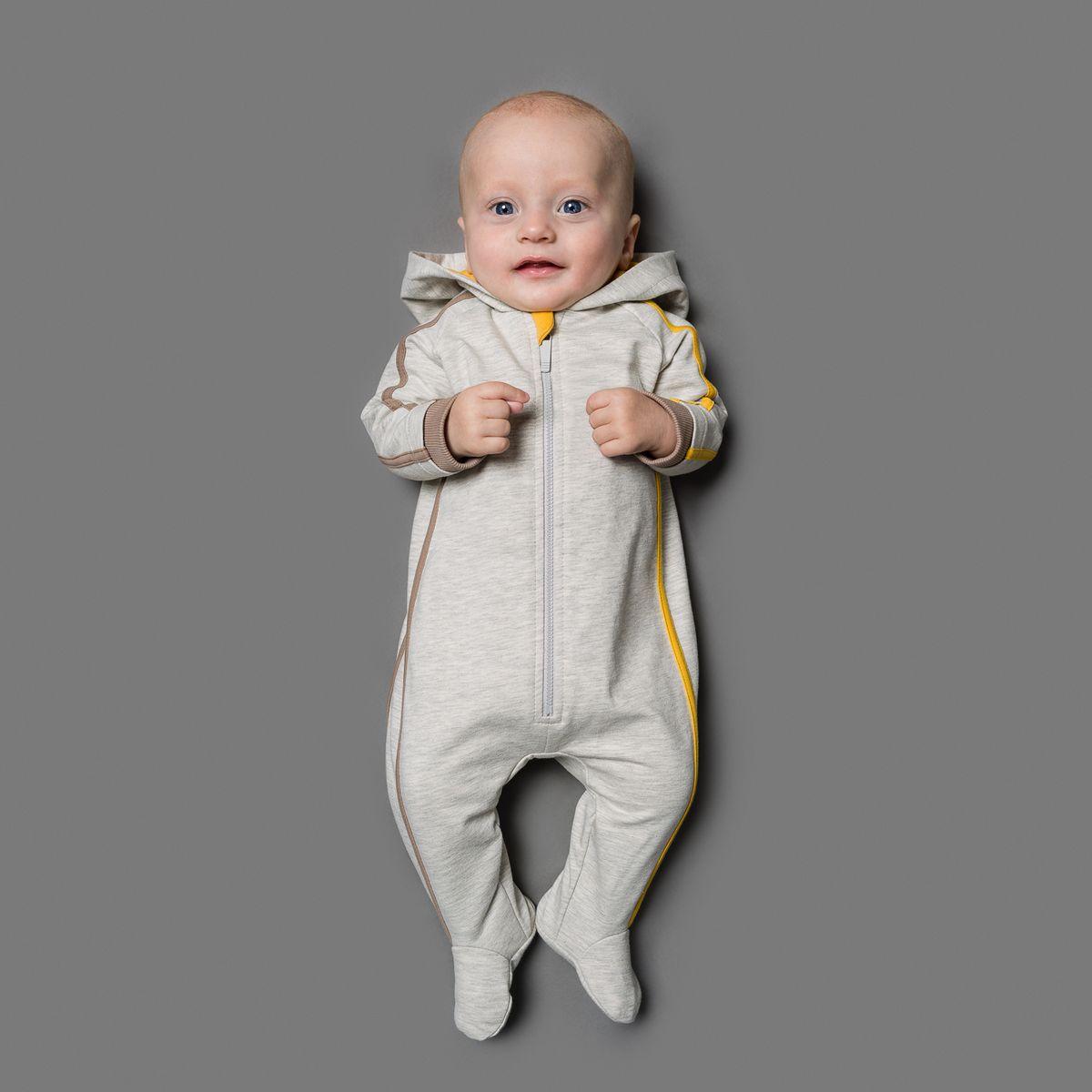 22-521Комбинезон Ёмаё, изготовленный из футера - очень удобный и практичный вид одежды для малышей. Комбинезон с капюшоном и закрытыми ножками застегивается спереди на пластиковую застежку-молнию, что помогает с легкостью переодеть ребенка. На рукавах предусмотрены широкие эластичные манжеты, не пережимающие ручки малыша. Сзади модель дополнена двумя накладными кармашками. Оформлено изделие контрастными бейками и принтом на спортивную тематику. Комбинезон полностью соответствует особенностям жизни младенца в ранний период, не стесняя и не ограничивая его в движениях!