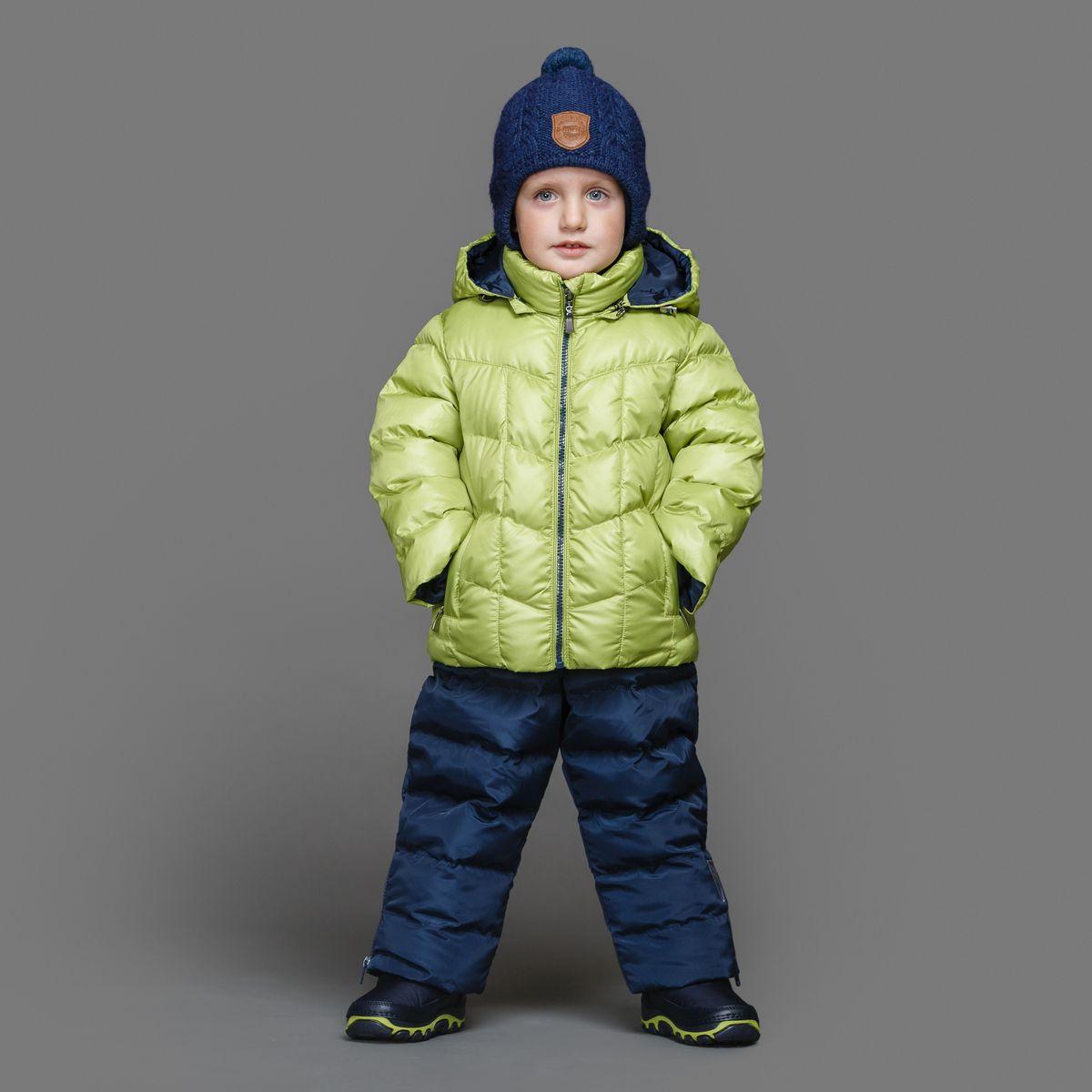 39-149Теплый комплект Ёмаё идеально подойдет для ребенка в холодное время года. Комплект состоит из куртки и полукомбинезона, изготовленных из водоотталкивающей ткани с утеплителем из синтепуха. Подкладка выполнена из полиэстера. Куртка застегивается на пластиковую застежку-молнию и дополнена съемным капюшоном на кулиске. Низ рукавов с внутренними трикотажными манжетами - дополнительная защита от ветра и снега. Предусмотрены два прорезных кармана на молнии. Понизу куртка регулируется с помощью резинки на кулиске. Полукомбинезон с небольшой грудкой застегивается на пластиковую застежку-молнию и имеет наплечные лямки с пластиковым карабином, регулируемые по длине. Спереди он оформлен двумя втачными кармашками. На талии предусмотрена широкая эластичная резинка, которая позволяет надежно заправить в брюки водолазку или свитер. Снизу брючины дополнены внутренними манжетами с настроченной эластичной тесьмой с латексной нитью (антискользящая), которая фиксирует брючины на сапогах и...