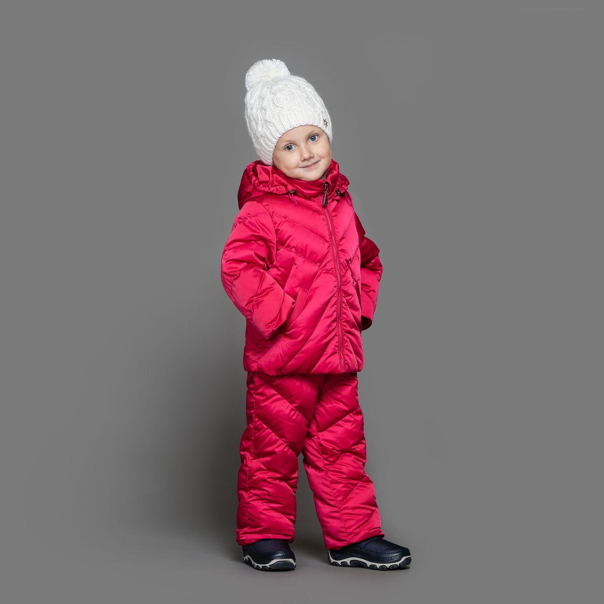 39-151Теплый комплект Ёмаё идеально подойдет для ребенка в холодное время года. Комплект состоит из куртки и полукомбинезона, изготовленных из водоотталкивающей ткани с утеплителем из синтепуха. Подкладка выполнена из полиэстера. Куртка застегивается на пластиковую застежку-молнию и дополнена капюшоном на кулиске. Низ рукавов с внутренними трикотажными манжетами - дополнительная защита от ветра и снега. Предусмотрены два прорезных кармана. Полукомбинезон с небольшой грудкой застегивается на пластиковую застежку-молнию и имеет наплечные лямки с пластиковым карабином, регулируемые по длине. Спереди он оформлен двумя втачными кармашками. На талии предусмотрена широкая эластичная резинка, которая позволяет надежно заправить в брюки водолазку или свитер. Снизу брючины дополнены внутренними манжетами с настроченной эластичной тесьмой с латексной нитью (антискользящая), которая фиксирует брючины на сапогах и предохраняет от попадания снега. Все молнии с внутренними...
