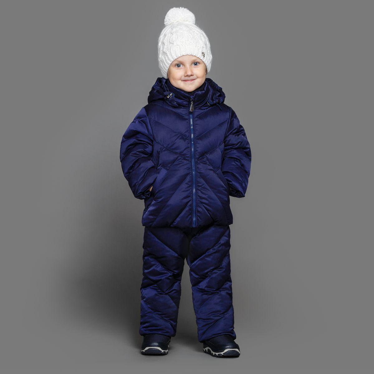 Комплект верхней одежды39-151Теплый комплект Ёмаё идеально подойдет для ребенка в холодное время года. Комплект состоит из куртки и полукомбинезона, изготовленных из водоотталкивающей ткани с утеплителем из синтепуха. Подкладка выполнена из полиэстера. Куртка застегивается на пластиковую застежку-молнию и дополнена капюшоном на кулиске. Низ рукавов с внутренними трикотажными манжетами - дополнительная защита от ветра и снега. Предусмотрены два прорезных кармана. Полукомбинезон с небольшой грудкой застегивается на пластиковую застежку-молнию и имеет наплечные лямки с пластиковым карабином, регулируемые по длине. Спереди он оформлен двумя втачными кармашками. На талии предусмотрена широкая эластичная резинка, которая позволяет надежно заправить в брюки водолазку или свитер. Снизу брючины дополнены внутренними манжетами с настроченной эластичной тесьмой с латексной нитью (антискользящая), которая фиксирует брючины на сапогах и предохраняет от попадания снега. Все молнии с внутренними...