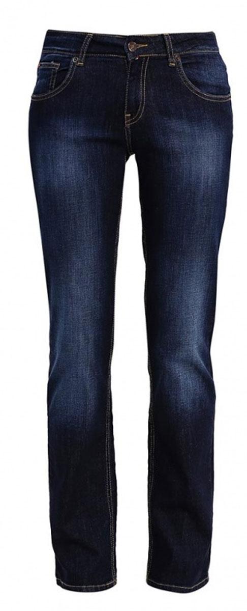 160244_1950Женские джинсы F5 Gypsy выполнены из высококачественного эластичного хлопка. Джинсы прямого кроя и стандартной посадки застегиваются на пуговицу в поясе и ширинку на застежке-молнии, дополнены шлевками для ремня. Джинсы имеют классический пятикарманный крой: спереди модель дополнена двумя втачными карманами и одним маленьким накладным кармашком, а сзади - двумя накладными карманами. Джинсы украшены декоративными потертостями.