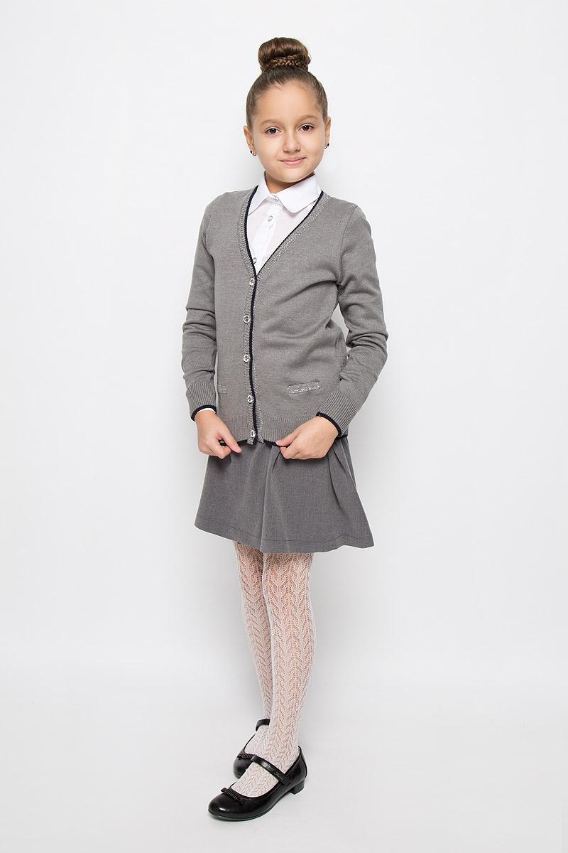 КардиганCYC26001A-20/CYC26001B-20Стильный кардиган для девочки Nota Bene, выполненный из хлопка и акрила, идеально подойдет для школы и повседневной носки. Модель с длинными рукавами и V-образным вырезом горловины застегивается на пуговицы по всей длине. Низ модели, вырез горловины, планка и манжеты связаны резинкой. Кардиган спереди оформлен имитациями прорезных кармашков.