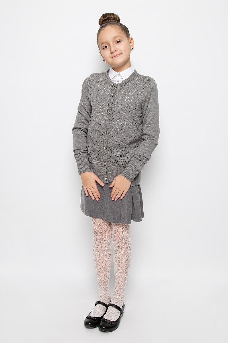 CYC26002A-29/CYC26002B-29Стильный кардиган для девочки Nota Bene идеально подойдет для школы и повседневной носки. Изготовленный из хлопка и акрила, он очень мягкий и приятный на ощупь, не сковывает движения ребенка и позволяет коже дышать. Классический кардиган с длинными рукавами и круглым вырезом горловины застегивается на пуговицы по всей длине. Манжеты и низ модели связаны резинкой. Спереди изделие оформлено вязаным узором. Трикотажный кардиган - хорошая альтернатива школьному пиджаку. Являясь важным атрибутом школьной моды, он обеспечивает тепло и комфорт.