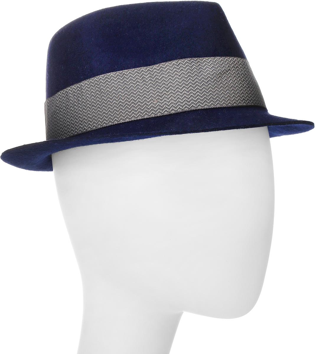 Шляпа600-9305Элегантная шляпа Goorin Brothers, выполненная из высококачественной натуральной шерсти, дополнит любой образ. Модель с невысокой вертикальной тульей с продольным заломом и загнутыми вверх полями, которые можно изгибать по желанию. Шляпа-федора оформлена узорчатой лентой с перетяжкой, которая обозначена маленьким логотипом Goorin Bros. Внутри модель дополнена плотной тесьмой для комфортной посадки изделия по голове. Аккуратные поля шляпы придадут вашему образу таинственности и шарма. Такая шляпа подчеркнет вашу неповторимость и прекрасный вкус.
