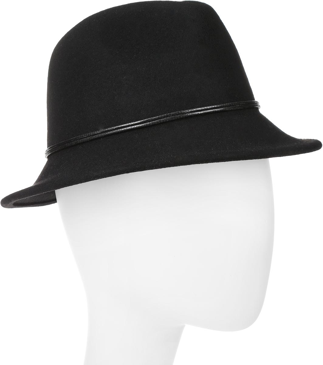 Шляпа600-9323Элегантная женская шляпа Goorin Brothers, выполненная из натуральной шерсти, дополнит любой образ. Модель с узкими полями, невысокой А-образной тульей с продольными заломами и изогнутыми вниз полями. Шляпа-федора по тулье оформлена тонким двойным шнурком и дополнена металлическим элементом. Внутри модель дополнена плотной тесьмой для комфортной посадки изделия по голове. Аккуратные поля шляпы придадут вашему образу таинственности и шарма. Такая шляпа подчеркнет вашу неповторимость и прекрасный вкус.