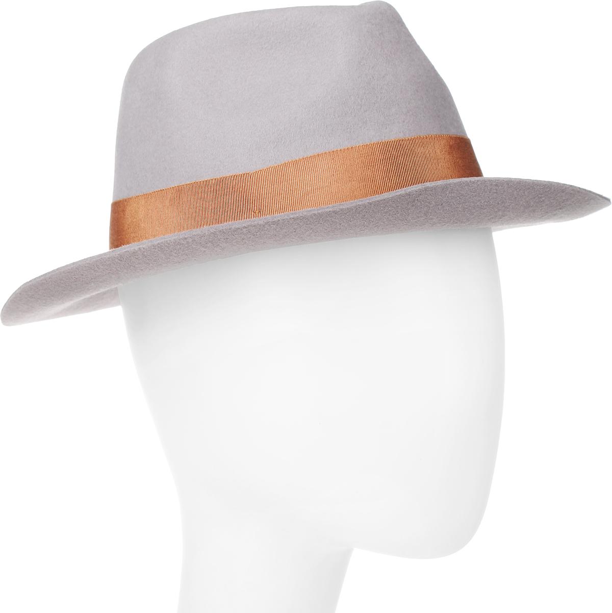 Шляпа100-9877Элегантная шляпа Goorin Brothers, выполненная из высококачественного мягкого фетра, дополнит любой образ. Модель с А-образной тульей с продольным заломом и слегка изогнутыми вверх полями. Внутри модель дополнена плотной тесьмой для комфортной посадки изделия по голове. Шляпа-федора по тулье оформлена широкой репсовой лентой с бантом и дополнена металлическим элементом в виде логотипа бренда. Такая шляпа подчеркнет вашу неповторимость и прекрасный вкус.
