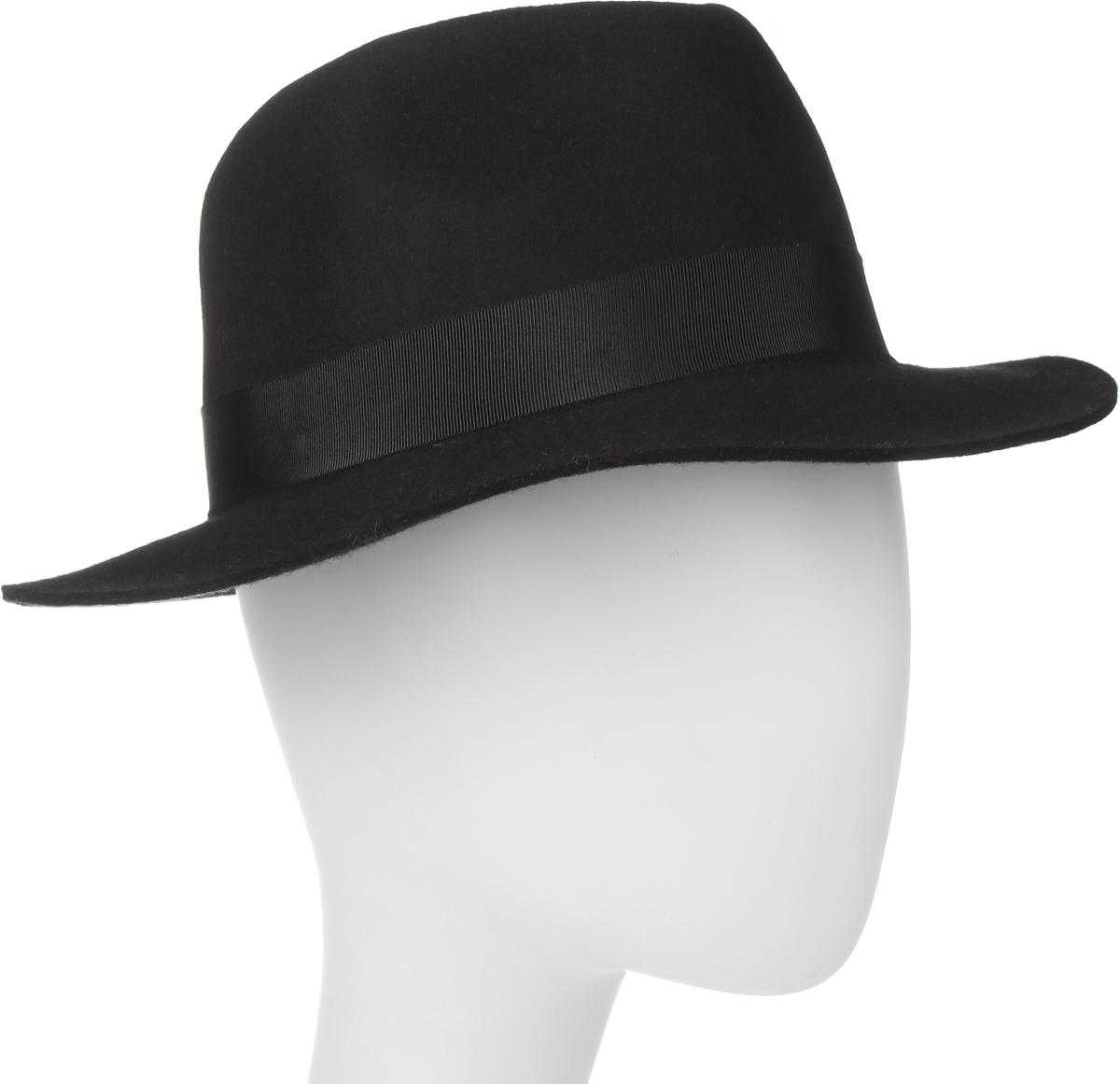 100-9877Элегантная шляпа Goorin Brothers, выполненная из высококачественного мягкого фетра, дополнит любой образ. Модель с А-образной тульей с продольным заломом и слегка изогнутыми вверх полями. Внутри модель дополнена плотной тесьмой для комфортной посадки изделия по голове. Шляпа-федора по тулье оформлена широкой репсовой лентой с бантом и дополнена металлическим элементом в виде логотипа бренда. Такая шляпа подчеркнет вашу неповторимость и прекрасный вкус.