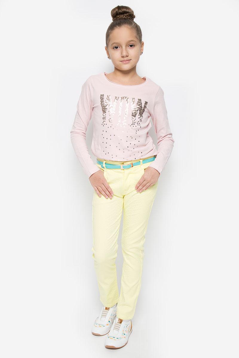 SS162G401-2Удобные брюки для девочки Nota Bene идеально подойдут вашей маленькой моднице. Изготовленные из эластичного хлопка, они мягкие и приятные на ощупь, не сковывают движения, сохраняют тепло и позволяют коже дышать, обеспечивая наибольший комфорт. Брюки застегиваются на ширинку на застежке-молнии и пуговицу на поясе, имеются шлевки для ремня. С внутренней стороны пояс регулируется эластичной резинкой с пуговицей. Модель дополнена двумя втачными карманами и одним накладным кармашком спереди, а также двумя накладными карманами сзади. В комплект входит узкий ремень с металлической пряжкой. Практичные и стильные брюки идеально подойдут вашей малышке, а модная расцветка и высококачественный материал позволят ей комфортно чувствовать себя в течение дня!