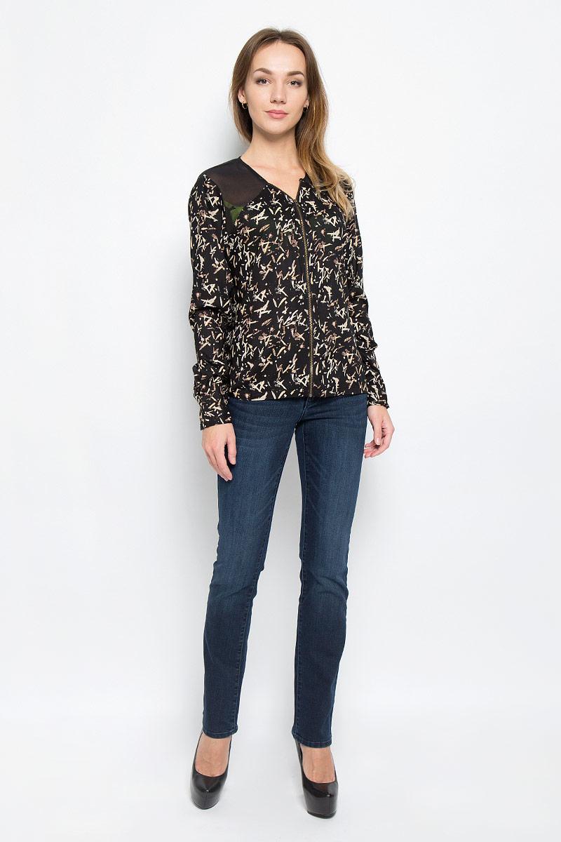 W5189ME01Женская блуза Wrangler с длинными рукавами и V-образным вырезом горловины выполнена из вискозы. Блузка имеет свободный крой и застегивается на застежку-молнию спереди. Манжеты рукавов застегиваются на пуговицы. На спинке изделие дополнено вырезом.