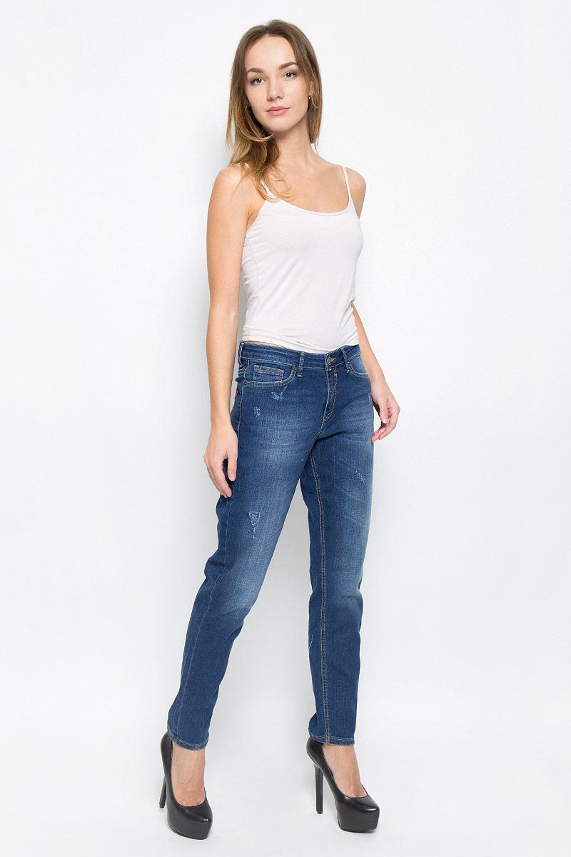 Джинсы265055_19728_Blue denim Easy Rider str., w.mediumСтильные женские джинсы F5 укороченной длины выполнены из эластичного хлопка. Модель Boyfriend заужены к низу и с высокой посадкой на талии. Джинсы застегиваются на металлическую пуговицу в поясе и ширинку на застежке-молнии, имеются шлевки для ремня. Изделие дополнено спереди двумя втачными карманами и одним маленьким накладным кармашком, а сзади - двумя накладными карманами. Оформлена модель контрастной прострочкой и эффектом потертости.