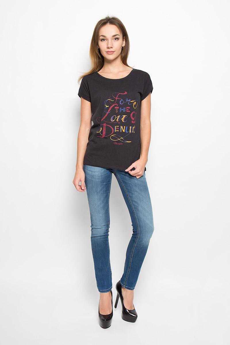 ФутболкаW7307DSBUЖенская футболка Wrangler выполнена из натурального хлопка. Футболка с круглым вырезом горловины и короткими рукавами-кимоно оформлена термоаппликацией в виде надписи For The Love A Denim.