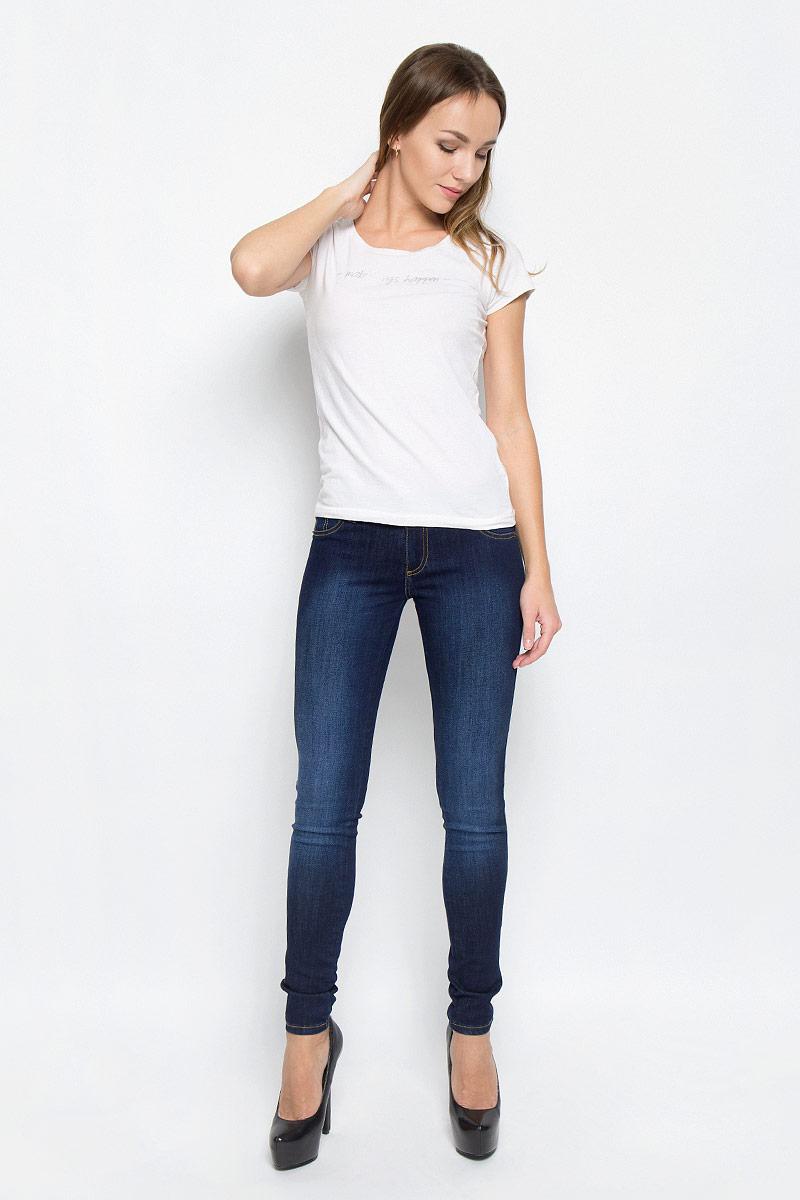 Джинсы265045_19462_Blue denim Tressa str., w.darkСтильные женские джинсы F5 укороченной длины выполнены из эластичного хлопка. Модель, сильно облегающая по бедру, со средней высотой талии. Джинсы застегиваются на металлическую пуговицу в поясе и ширинку на застежке-молнии, имеются шлевки для ремня. Изделие дополнено спереди двумя декоративными карманами и имитацией накладного кармашка, а сзади - двумя накладными карманами. Оформлена модель контрастной прострочкой и эффектом потертости.