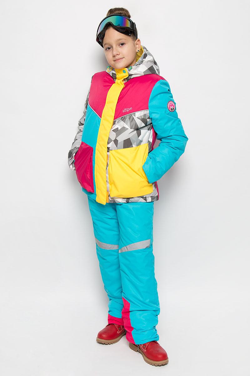 Комплект верхней одежды64345_BOG_вар.1Комплект одежды для девочки Boom! состоит из куртки, полукомбинезона и горнолыжных очков. Куртка изготовлена из высококачественного полиэстера. Подкладка выполнена из полиэстера с добавлением вискозы. В качестве наполнителя используется инновационный утеплитель Flexy Fiber, который надежно сохраняет тепло, обеспечивает циркуляцию воздуха и не задерживает влагу. Куртка с несъемным капюшоном застегивается на застежку-молнию и дополнительно на ветрозащитный клапан с кнопками и липучками. Капюшон дополнен затягивающимся шнурком с металлическими стопперами и хлястиками с липучками. Низ рукавов с внутренней стороны дополнен эластичными напульсниками с отверстиями для больших пальцев, которые предотвращают проникновение снега и ветра. Спереди модель дополнена двумя накладными карманами на кнопках. Нижняя часть куртки регулируется с помощью эластичного шнурка. Полукомбинезон, выполненный из высококачественного полиэстера с подкладкой из полиэстера и вискозы,...