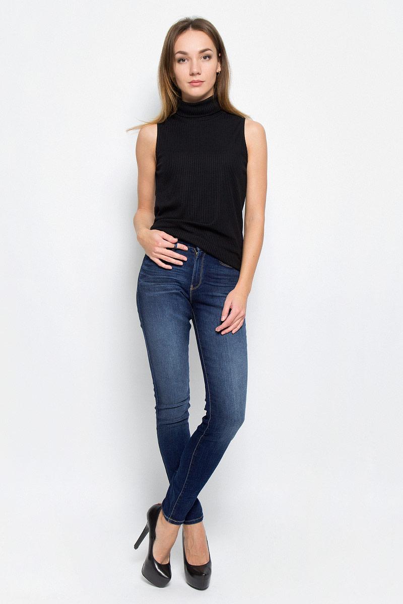 W27HX782ZСтильные женские джинсы выполнены из качественного комбинированного материала. Модель, сильно облегающая по бедру, с высокой талией. Джинсы застегиваются на металлическую пуговицу в поясе и ширинку на застежке-молнии, имеются шлевки для ремня. Изделие дополнено спереди двумя втачными карманами и одним маленьким накладным кармашком, а сзади - двумя накладными карманами. Оформлена модель контрастной прострочкой и эффектом потертости.
