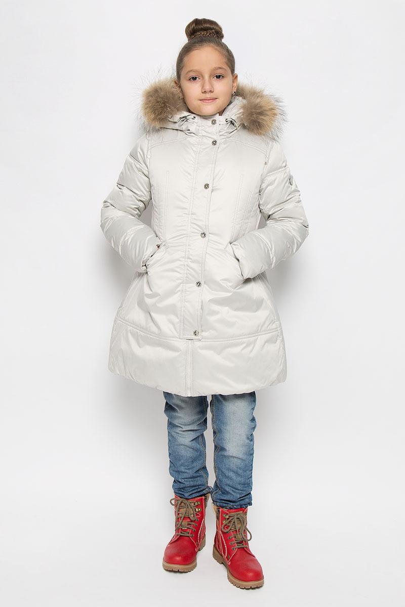 ПальтоPUFWG-626-20324-203Модное пальто Pulka идеально подойдет для вашей принцессы в прохладное время года. Пальто изготовлено из высококачественного полиэстера. В качестве утеплителя используется полиэстер и пух с добавлением пера. Модель с несъемным воротником, оформленным съемным натуральным мехом енота, застегивается на пластиковую застежку-молнию и дополнительно на ветрозащитный клапан с кнопками. Капюшон дополнен эластичным шнурком со стопперами. Спереди модель оснащена двумя прорезными карманами, закрывающимися на клапаны с кнопками. Нижняя часть рукавов с внутренней стороны дополнена манжетами на резинках. Низ модели регулируется с помощью эластичного шнурка.