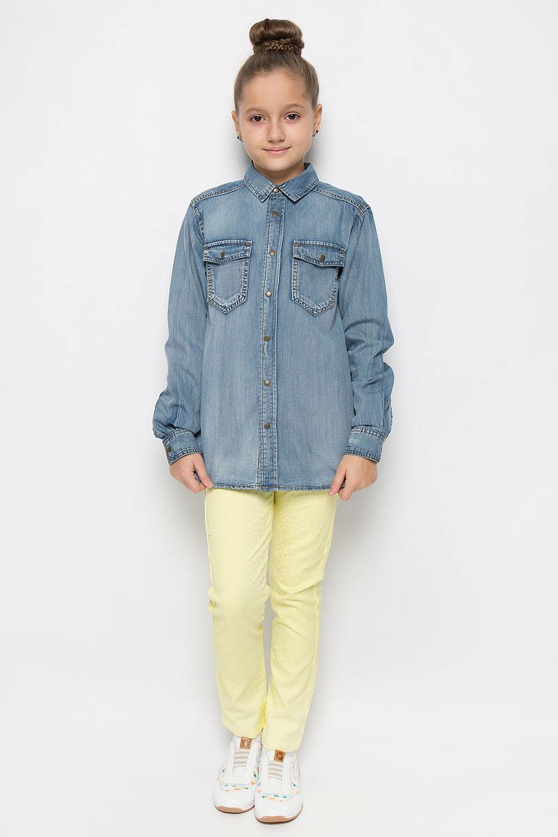 Рубашка21610GTC2201Стильная джинсовая рубашка Gulliver Осенний сад станет отличным дополнением к гардеробу вашей девочки. Модель, выполненная из натурального хлопка, необычайно мягкая и приятная на ощупь, не сковывает движения и позволяет коже дышать, не раздражает даже самую нежную и чувствительную кожу ребенка, обеспечивая наибольший комфорт. Рубашка классического кроя с длинными рукавами и отложным воротником застегивается на металлические кнопки по всей длине. На манжетах предусмотрены застежки-кнопки. На груди расположены два накладных кармана с клапанами на кнопках. Спинка модели удлинена.