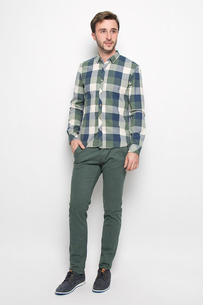 Брюки6404679.62.12_2801Стильные мужские брюки Tom Tailor Denim Chino выполнены из эластичного хлопка. Брюки-слим с заниженной посадкой оформлены мелким принтом гусиная лапка. Застегиваются брюки на четыре пластиковые пуговицы. Модель имеет шлевки для ремня. Спереди модель оформлена двумя втачными карманами, а сзади - двумя прорезными карманами на пуговицах. В комплект входит стильный ремень с металлической пряжкой.