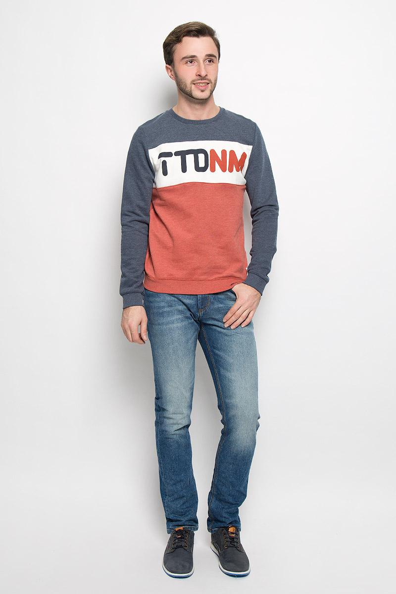 Свитшот2530436.00.12_6576Стильный мужской свитшот Tom Tailor Denim, изготовленный из хлопка с добавлением полиэстера, мягкий и приятный на ощупь, не сковывает движений и обеспечивает наибольший комфорт. Модель с круглым вырезом горловины и длинными рукавами оформлена спереди фирменным буквенным принтом. Манжеты рукавов, горловина и низ изделия дополнены трикотажными резинками.