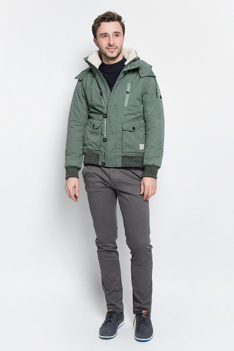 Куртка3532860.00.12_7648Мужская куртка Tom Tailor Denim с длинными рукавами, воротником-стойкой и съемным капюшоном на застежке-молнии выполнена из полиэстера с добавлением полиамида. Подкладка изготовлена из 100% полиэстера. Наполнитель - синтепон. Капюшон изделия оснащен шнурком-кулиской. Куртка застегивается на застежку-молнию спереди и имеет ветрозащитный клапан на пуговицах. Изделие оснащено двумя накладными карманами на клапанах с кнопками и втачным карманом на кнопке спереди, а также одним внутренним втачным карманом на кнопке. Манжеты рукавов и низ куртки дополнены трикотажными манжетами.
