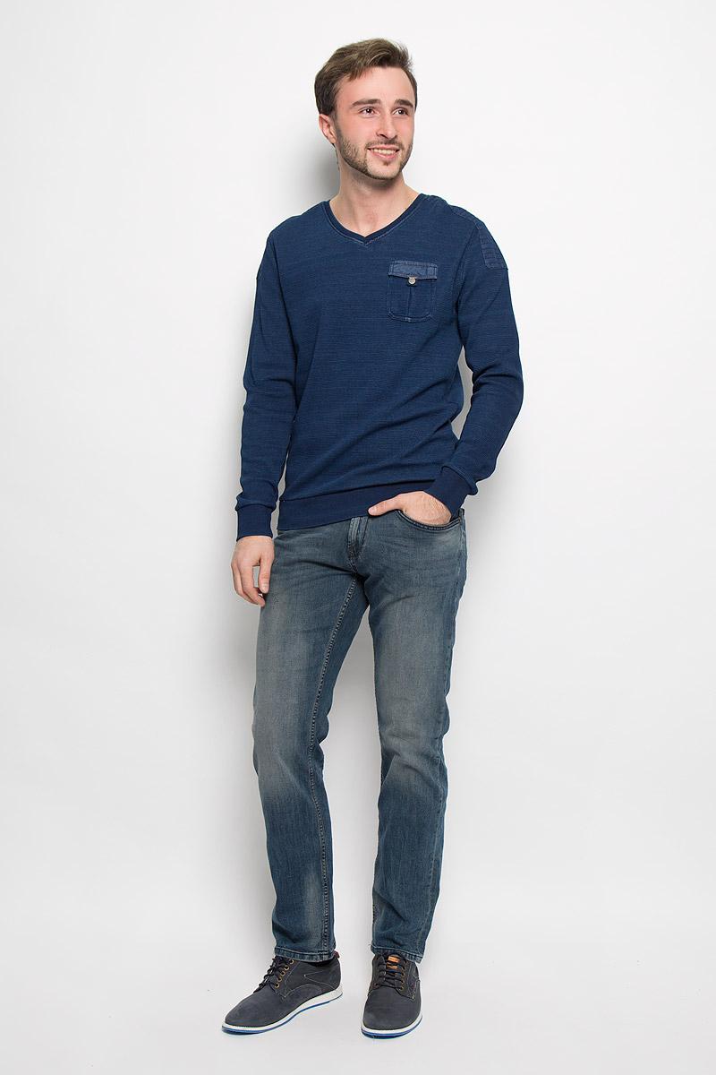 Джинсы6205128.00.12_1066Стильные мужские джинсы Tom Tailor Denim Atwood изготовлены из эластичного хлопка. Джинсы прямого кроя и с заниженной посадкой застегиваются на пуговицу в поясе и ширинку на застежке-молнии. На поясе имеются шлевки для ремня. Спереди модель дополнена двумя втачными карманами и одним небольшим накладным кармашком, а сзади - двумя накладными карманами. Модель оформлена эффектом потертости и перманентными складками.