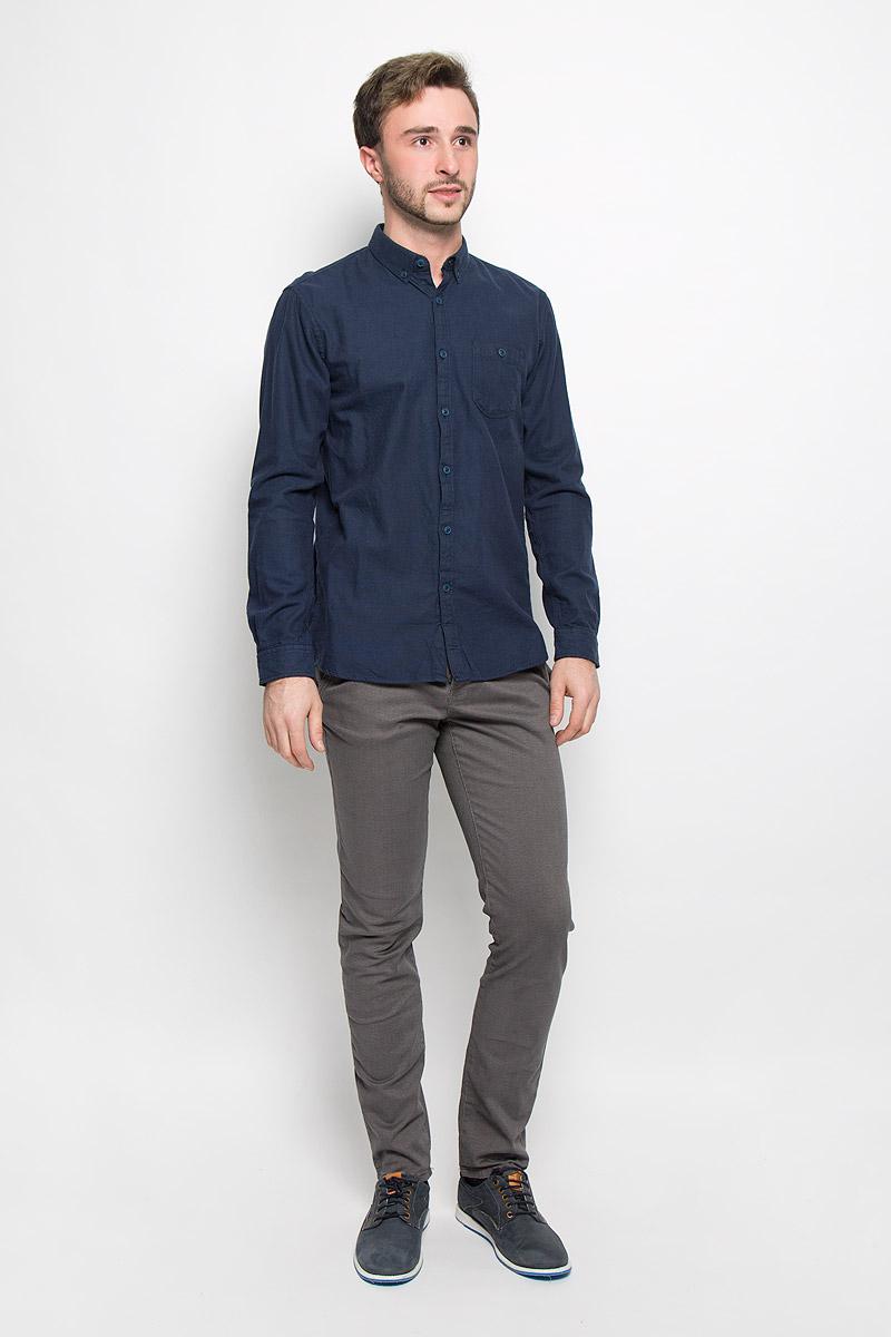 Рубашка2032526.00.12_6748Мужская рубашка Tom Tailor Denim выполнена из натурального хлопка. Модель классического кроя с длинными рукавами и отложным воротником застегивается на пуговицы по всей длине. Манжеты рукавов и воротник оснащены застежками-пуговицами. На груди расположен накладной карман на пуговице.