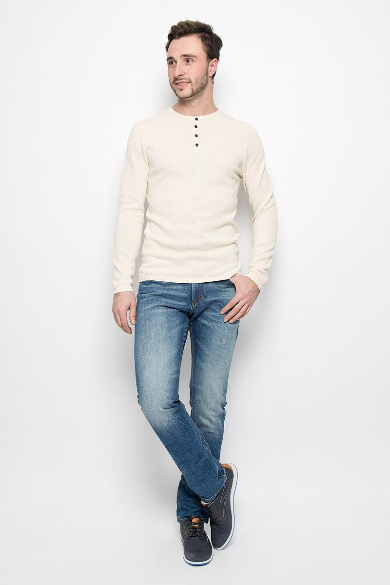 Джинсы6204967.00.10_1052Стильные мужские джинсы Tom Tailor Josh изготовлены из хлопка с добавлением полиэстера. Джинсы-слим средней посадки застегиваются на пуговицу в поясе и ширинку на застежке-молнии. На поясе имеются шлевки для ремня. Спереди модель дополнена двумя втачными карманами и одним небольшим накладным кармашком, а сзади - двумя накладными карманами. Модель оформлена эффектом потертости, перманентными складками и контрастной прострочкой.