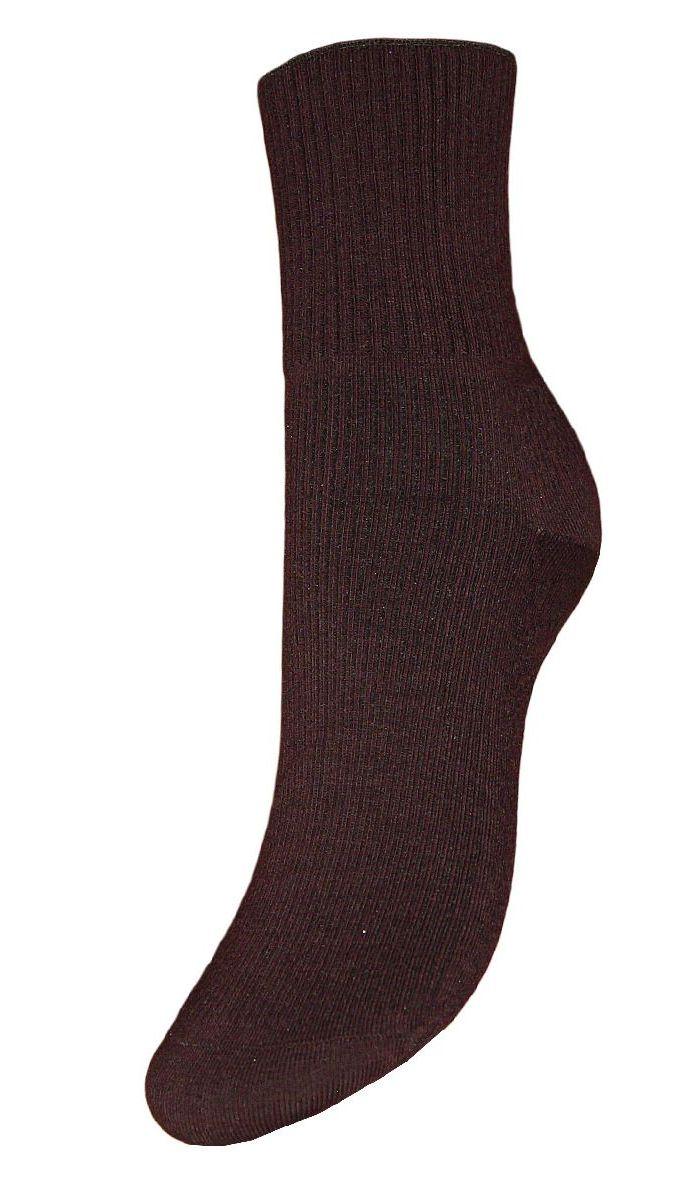НоскиSCL67/1Женские носки Гранд с медицинской резинкой изготовлены по специальной технологии для людей, страдающих заболеваниями ног, а также для тех, кто думает о своем здоровье и хочет предотвратить эти заболевания. Данная модель медицинских носков мягкая, удобная, эластичная и прочная. Носки предназначены для оздоровления ног и профилактики венозной недостаточности, а также для снятия синдрома тяжести в ногах. Носки с бесшовной технологией зашивки мыска (кеттельный шов) изготовлены по европейским стандартам из лучшей гребенной пряжи, хорошо держат форму и обладают повышенной воздухопроницаемостью, имеют безупречный внешний вид, усиленные пятку и мысок для повышенной износостойкости, после стирки не меняют цвет. Компания Гранд использует только натуральные волокна для изготовления лечебных носков по всем требованиям медицинских стандартов.