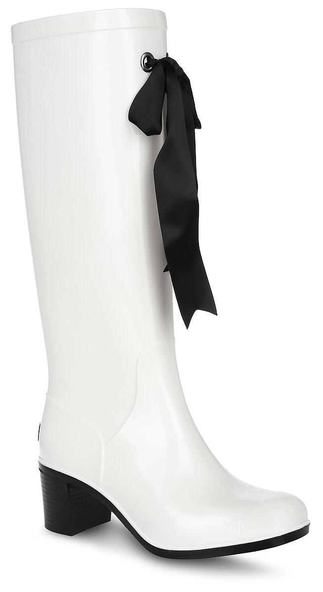 G78/Black&BlueРезиновые сапоги на каблуке от Boomboots выполнены из поливинилхлорида. Цельнолитая модель полностью герметична. Стелька изготовлена из вспененного полимера с текстильным покрытием. Верх голенища декорирован атласным бантом. Задник дополнен логотипом бренда. Подошва оснащена рифлением.