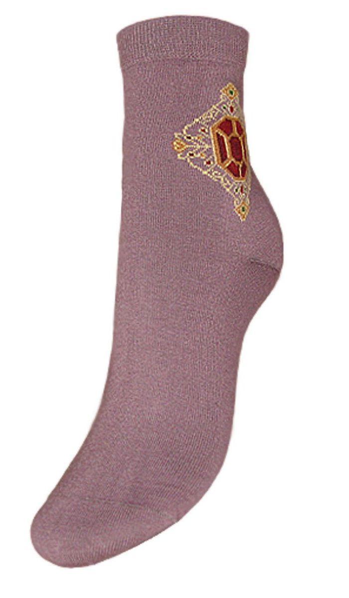 SCL76Женские носки Гранд выполнены из высококачественного хлопка. Носки с бесшовной технологией зашивки мыска (кеттельный шов), оформленные на паголенке оригинальным рисунком, хорошо держат форму и обладают повышенной воздухопроницаемостью, имеют безупречный внешний вид, усиленные пятку и мысок для повышенной износостойкости, после стирки не меняют цвет. Носки долгое время сохраняют форму и цвет, а так же обладают антибактериальными и терморегулирующими свойствами.