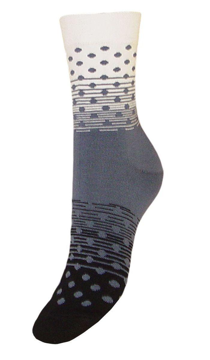 НоскиSCL57Женские носки Гранд выполнены из высококачественного хлопка, предназначены для повседневной носки. Носки, оформленные рисунком горох, изготовлены по европейским стандартам из лучшей гребенной пряжи, имеют классический паголенок, безупречный внешний вид, усиленные пятку и мысок для повышенной износостойкости, после стирки не меняют цвет. Носки долгое время сохраняют форму и цвет, а так же обладают антибактериальными и терморегулирующими свойствами.