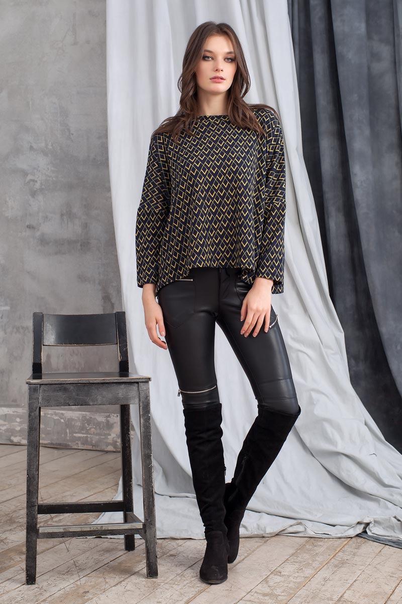 Свитер1100900_22Стильный свитер из вязаного полотна с геометрическим принтом. Модель свободного кроя с длинным рукавом. Округлый вырез горловины оформлен планкой. По бокам в швах выполнены небольшие разрезы.
