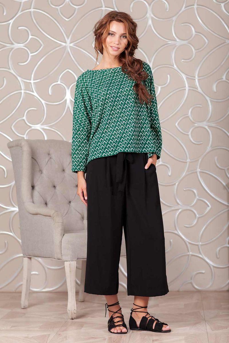 1100900_22Стильный свитер из вязаного полотна с геометрическим принтом. Модель свободного кроя с длинным рукавом. Округлый вырез горловины оформлен планкой. По бокам в швах выполнены небольшие разрезы.