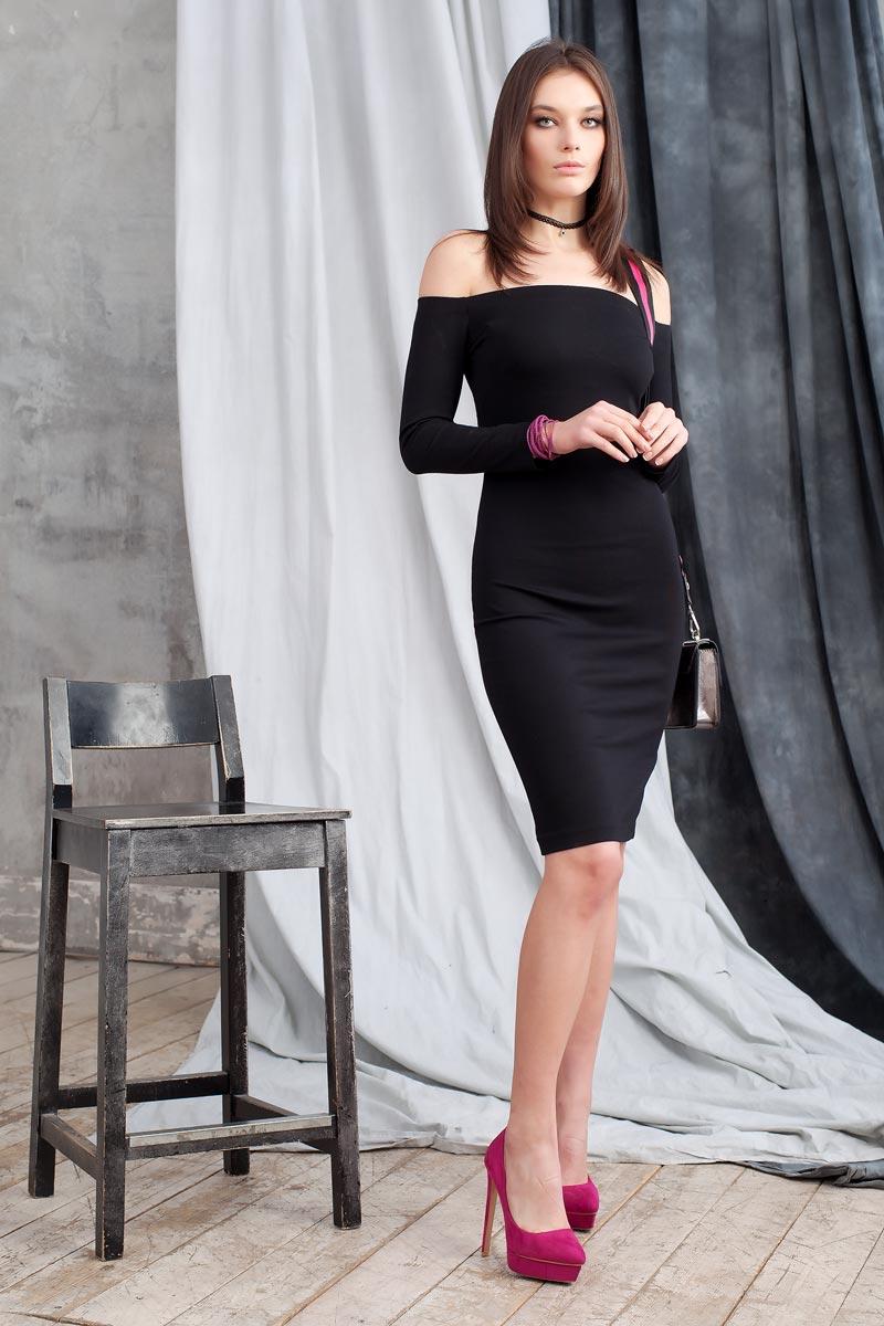 0109905Элегантное платье из однотонного плотного трикотажа подчеркнет Ваш отменный вкус и изгибы фигуры, а также станет стержнем для разнообразного комбинирования с обувью и аксессуарами. Модель прилегающего силуэта длиной до колена с рукавом 3/4. Вырез-лодочка делает акцент на изящные плечи. Эластичная резинка по горловине позволяет надежно фиксировать платье на плечах.