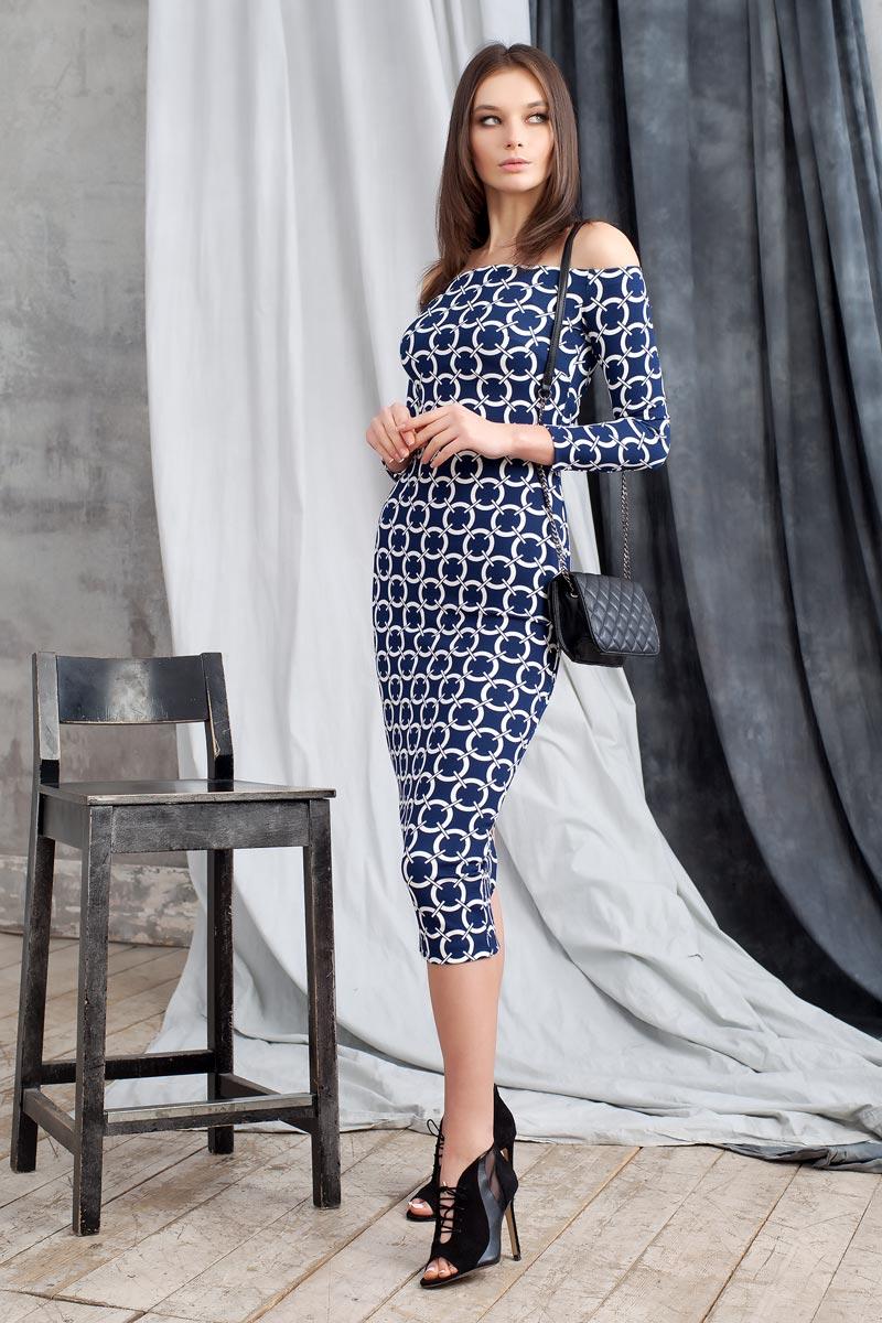Платье0109902Элегантное платье из фактурного трикотажа с геометрическим принтом подчеркнет ваш отменный вкус и изгибы фигуры, а также станет стержнем для разнообразного комбинирования с обувью и аксессуарами. Модель прилегающего силуэта длиной ниже колена с рукавом 3/4. Вырез-лодочка делает акцент на изящные плечи. Эластичная резинка по горловине позволяет надежно фиксировать платье на плечах.
