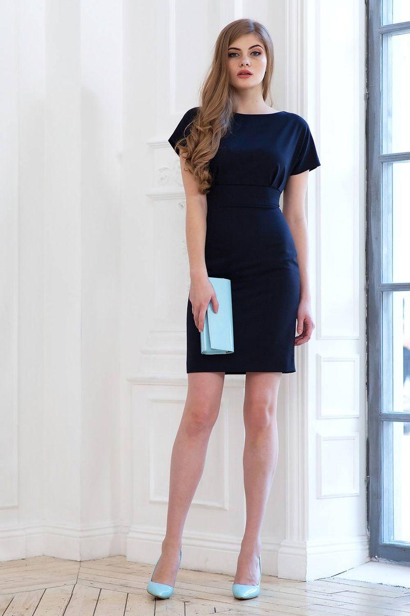 0107800Стильное прямое платье длиной до колена отрезное по линии талии. Рукав короткий цельнокроеный. На спинке разрез до талии, застегивается на две пуговицы у шеи. Застежка на молнию в среднем шве спинки юбки.